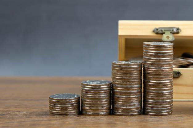 As moedas são empilhadas em forma de gráfico para ideias para economizar dinheiro