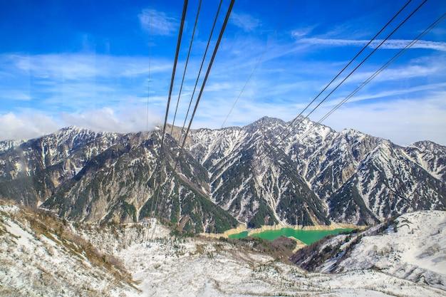 As montanhas da neve da linha alpina e do teleférico de tateyama kurobe.