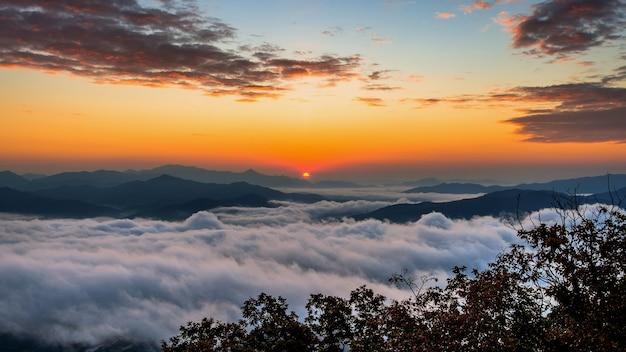 As montanhas de seoraksan estão cobertas pela névoa matinal e o nascer do sol em seul, na coreia