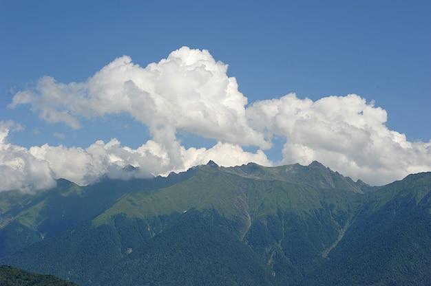 As montanhas do cáucaso perto de rosa khutor, sochi, rússia