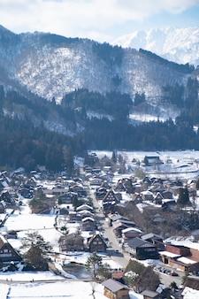 As montanhas no inverno estão cobertas de neve e nevoeiro branco