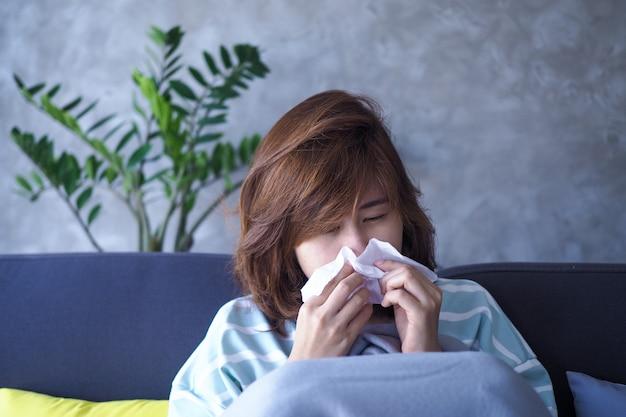 As mulheres asiáticas estão doentes com febre e coriza.