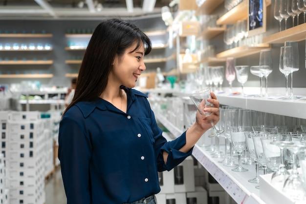 As mulheres asiáticas estão optando por comprar um novo copo no shopping.
