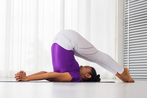 As mulheres asiáticas praticam ioga para obter boa saúde e forma.
