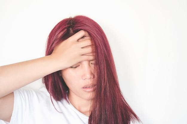 As mulheres asiáticas têm dor de cabeça depois de levantar