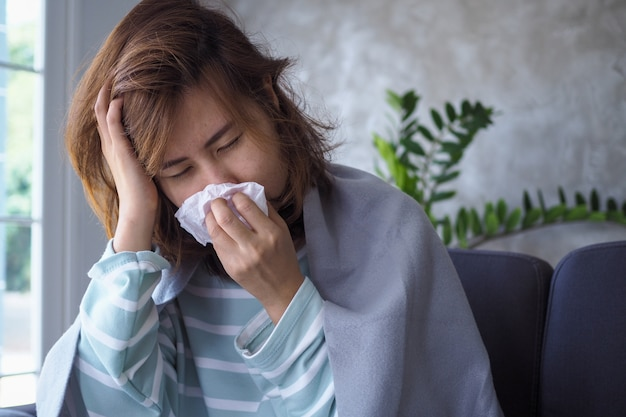 As mulheres asiáticas têm febre alta e coriza. conceito de pessoas doentes