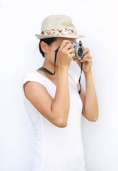 As mulheres asiáticas usam camiseta e chapéu estava sendo fotografado