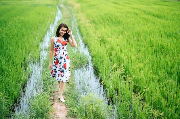 As mulheres bonitas andam alegremente no prado
