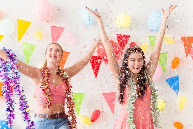 As mulheres bonitas novas comemoram a festa natalícia e a dança.