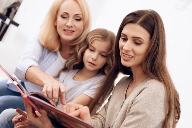 As mulheres de diferentes idades escolhem o estilo de penteado.