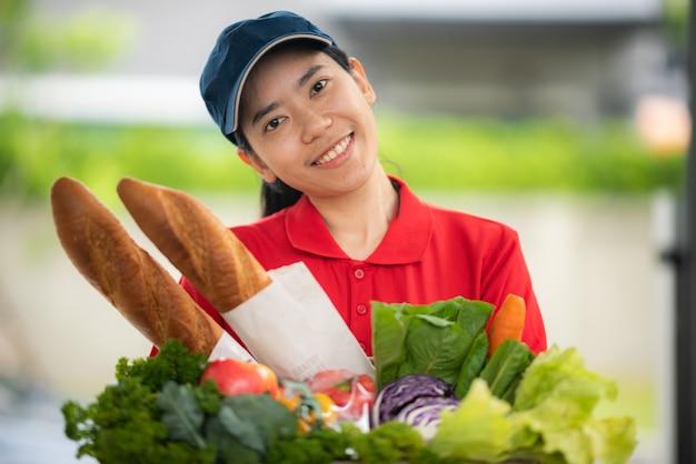 As mulheres do serviço de entrega de comida estão felizes em trabalhar para fornecer alimentos frescos e saudáveis