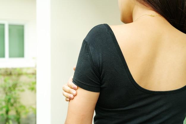 As mulheres entregam o risco o comichão no conceito do braço, dos cuidados médicos e da medicina.