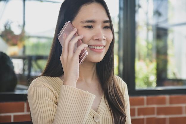 As mulheres estão falando ao telefone