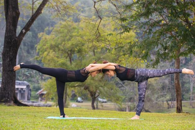 As mulheres estão jogando yoga na academia. exercício.