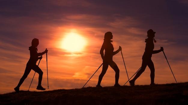 As mulheres fazem caminhada nórdica