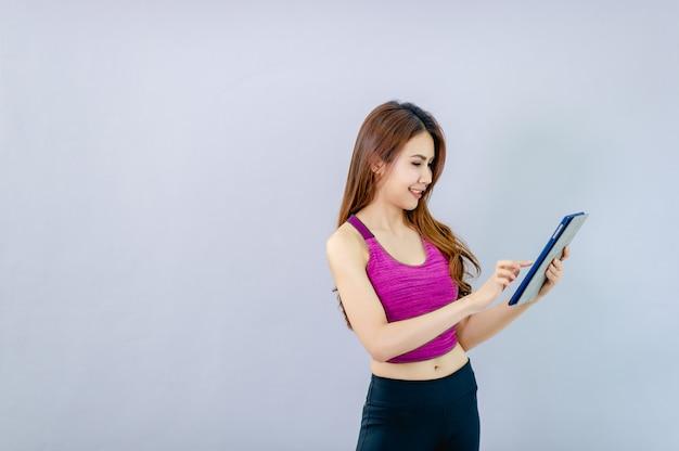 As mulheres jogam ipad e sorriem alegremente com a comunicação online.