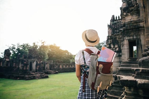 As mulheres jovens são viajante desfrutando de um olhar ao pôr do sol