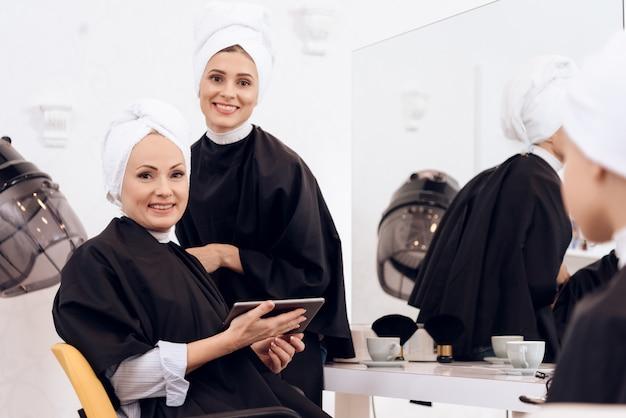 As mulheres lavavam as cabeças no salão de beleza.