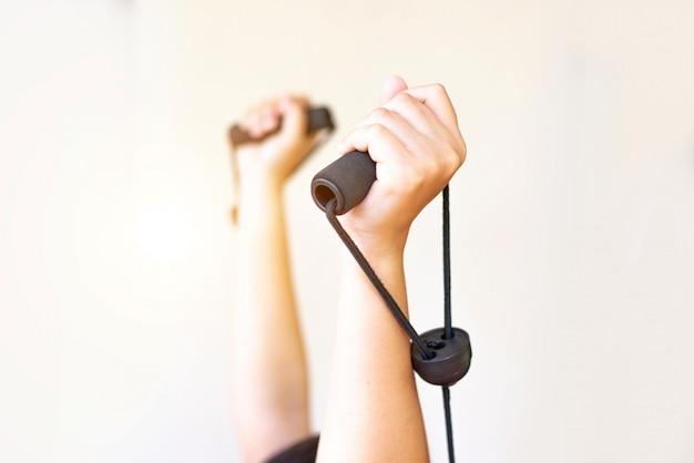 As mulheres mão fazendo flexões braços de treinamento, conceito de vida saudável