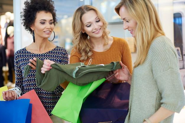 As mulheres não conseguem decidir o que comprar Foto gratuita
