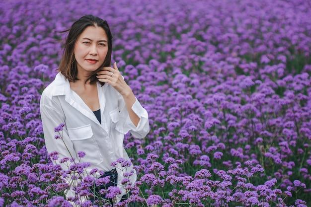 As mulheres no campo de verbena estão florescendo e bonitas na estação chuvosa.