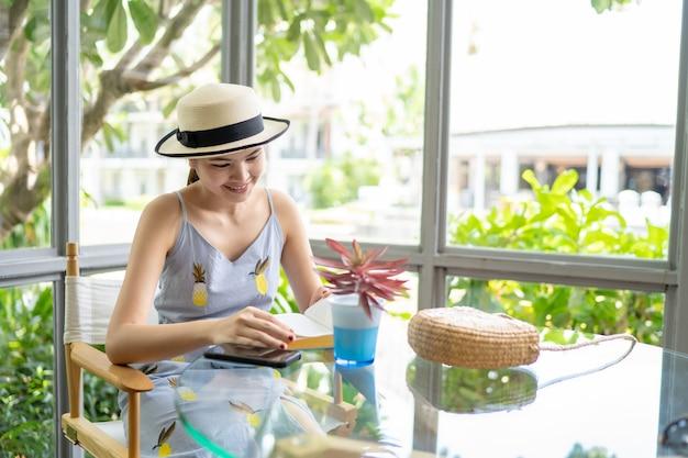 As mulheres sentam-se tomando café no café durante o fim de semana.