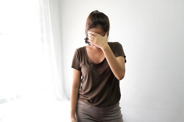 As mulheres sofrem de estresse, dores de cabeça, fadiga, fadiga com a idade.