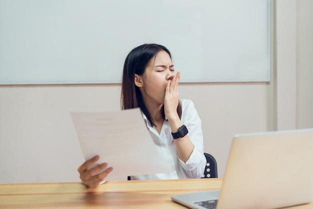 As mulheres têm uma dor nas costas por causa do computador e trabalhando por um longo tempo.