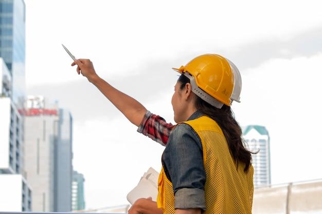 As mulheres trabalhadoras estão trabalhando juntas no projeto de construção.
