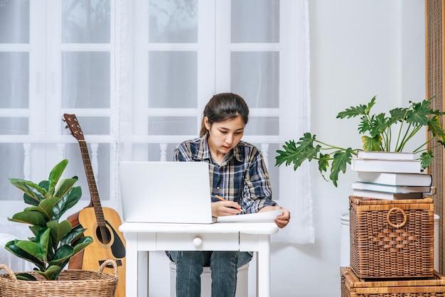 As mulheres trabalham à mesa e analisam documentos.
