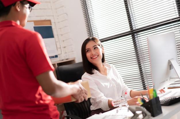 As mulheres trabalham no escritório