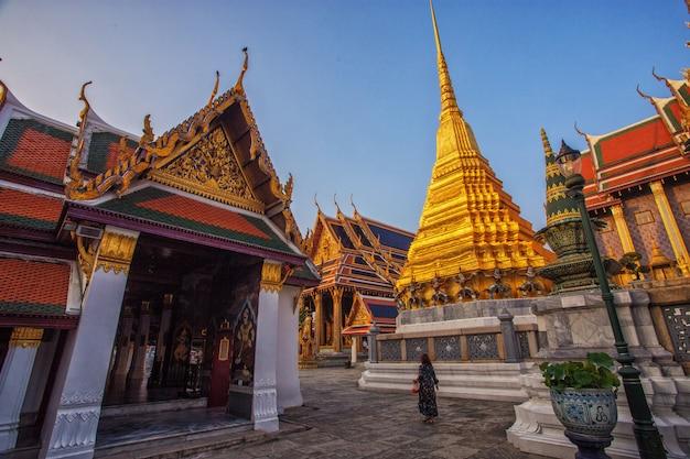As mulheres turistas estão viajando em wat phra kaew