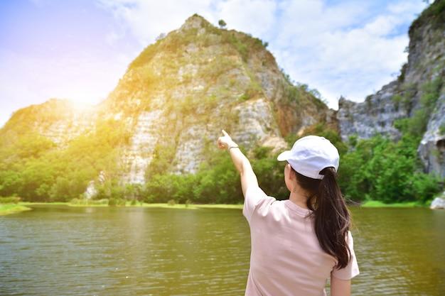 As mulheres viajam no rio e montanha fundo luz solar natureza textura