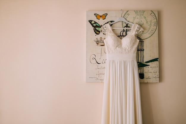 As noivas se vestem em um cabide no quarto