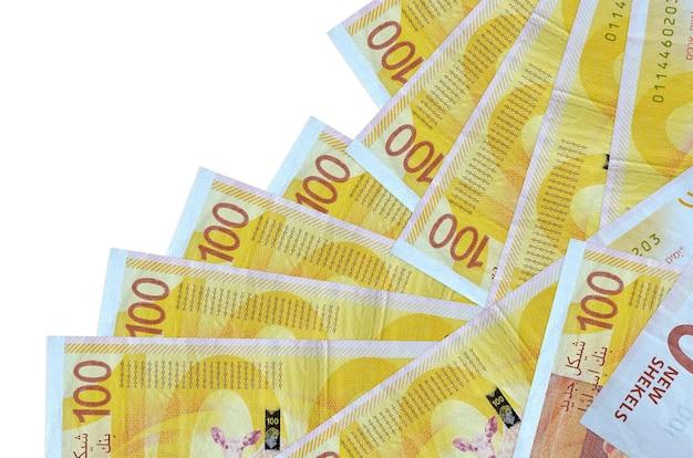 As notas de 100 novos shekels israelenses estão em ordem diferente, isoladas no branco. banco local ou conceito de fazer dinheiro.