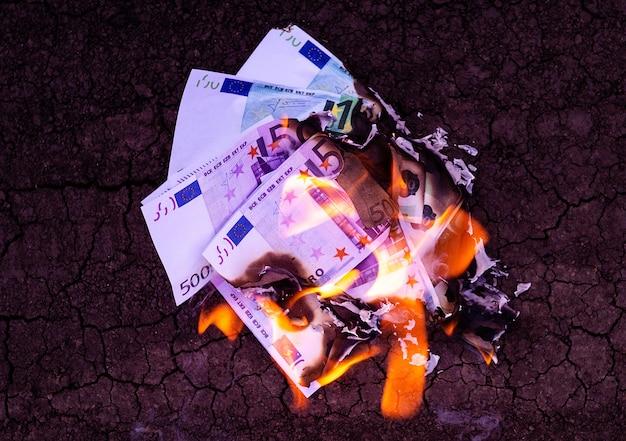 As notas de banco queimam no fogo. conceito de crise.