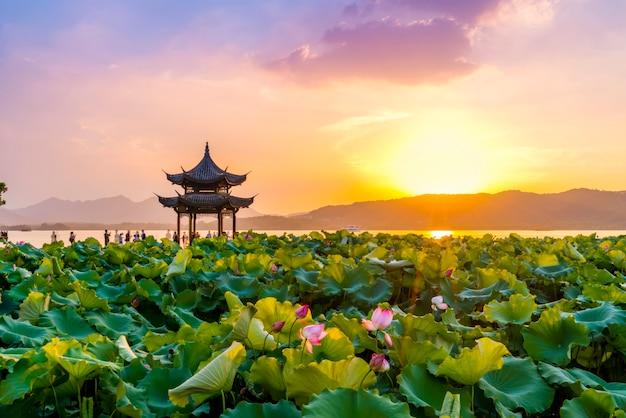 As nuvens de lótus e pôr do sol no antigo pavilhão em west lake, hangzhou