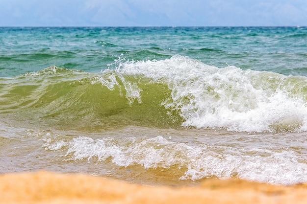 As ondas no lago baikal fecham-se acima. ilha olkhon, rússia.