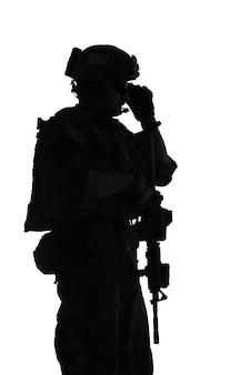 As operações especiais do corpo de fuzileiros navais dos estados unidos comandam o marsoc raider com arma. silhueta de fundo branco do operador especial marinho