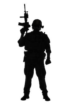As operações especiais do corpo de fuzileiros navais dos estados unidos comandam o marsoc raider com arma. silhueta do operador especial marinho de corpo inteiro com fundo branco
