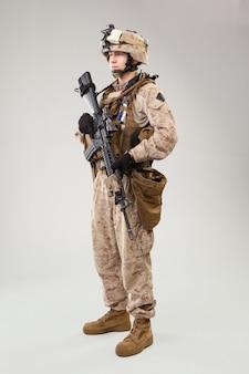 As operações especiais do corpo de fuzileiros navais dos estados unidos comandam raider com arma.
