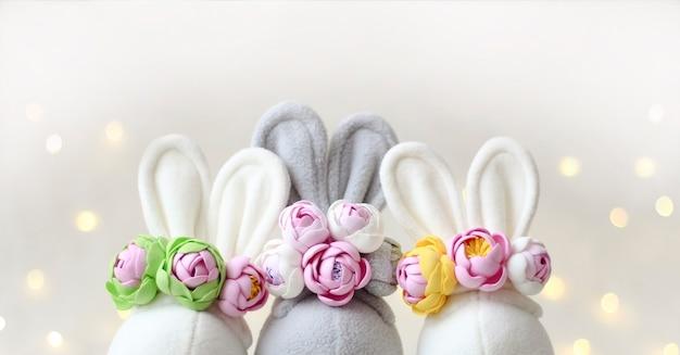 As orelhas de coelhos e flores da primavera. cartão criativo de páscoa.