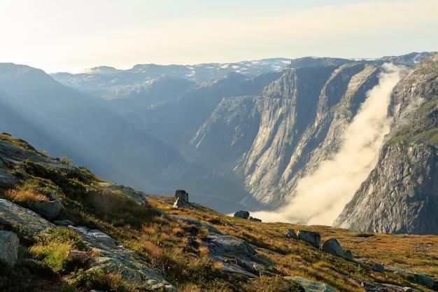 As paisagens das montanhas norueguesas na trilha de trolltunga
