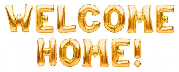 As palavras bem-vindo em casa feitas dos balões infláveis dourados isolados no branco. folha de ouro balões de hélio formando sinal de boas-vindas