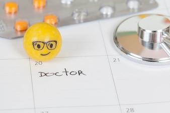As palavras médico escrito em um calendário para lembrá-lo de uma consulta importante