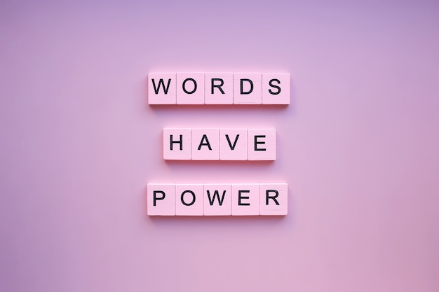 As palavras têm poder, em um fundo rosa