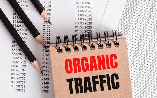 As palavras tráfego orgânico estão escritas no caderno marrom