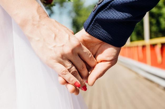 As palmas das mãos da noiva e do noivo