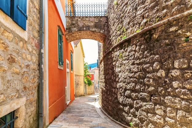 As paredes da cidade velha de herceg novi, rua medieval europeia, montenegro.