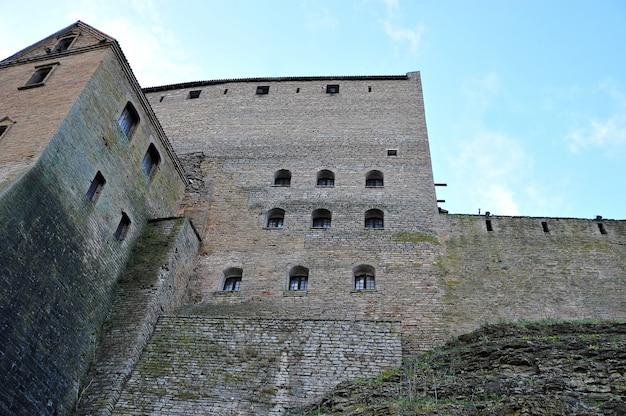 As paredes de um antigo castelo em uma fortaleza em narva
